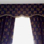 Tenda con mantovana stilizzata con passamaneria a cipollina e tessuto damascato