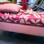 Panca fondo letto realizzata su commissione con base in acciaio cromato e tessuto rameggiato in raso